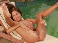Lauryn a medencénél
