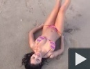 Nevess bikinis csajokon