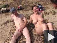 Anya és fia a nudi strandon
