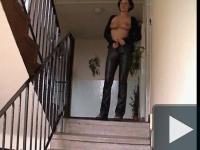 Huncutkodás a lépcsőházban