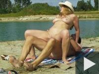 Anyukát seggbe durrantják a strandon
